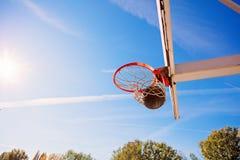 Поднимающее вверх баскетбола близкое, bal баскетбола в обруче на солнечном дне Стоковые Фотографии RF