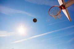 Поднимающее вверх баскетбола близкое, bal баскетбола в обруче на солнечном дне Стоковые Изображения RF