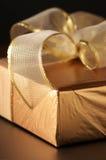 поднимающее вверх близкого подарка золотистое Стоковое Изображение RF