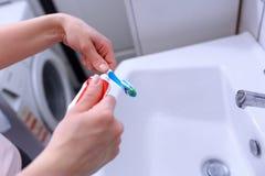 Поднимающее вверх зубной щетки и зубной пасты близкое Стоковое фото RF
