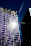 поднимающее вверх солнца освещения здания высокорослое стоковое изображение rf