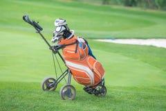 Поднимающее вверх сумки и trundler гольфа близкое стоковое фото rf