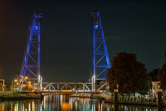 Поднимаясь мост около гауда, Голландии загорен голубыми светами стоковое фото