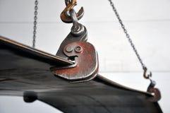 Поднимаясь цепи и крюки для нагружая металлического листа Самосхват стоковое фото rf
