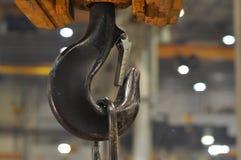Поднимаясь шестерня в мастерской на фабрике стоковая фотография rf