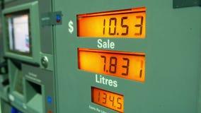 Поднимая газовые цены на экране насоса станции сток-видео