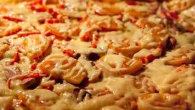 Поднимая пицца в печи r Домодельная концепция хлебопекарни сток-видео