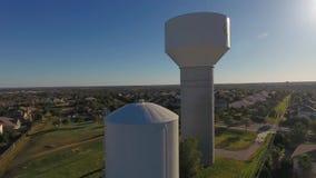 Поднимая съемка дня воздушная устанавливая водонапорной башни Cibolo Техаса акции видеоматериалы