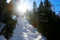 поднимите солнце лыжи к стоковые изображения rf