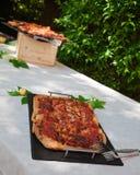 Подносы пиццы на таблице в саде Стоковое Фото