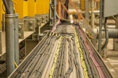 Подносы электрического кабеля с кабелями в промышленном месте стоковые изображения