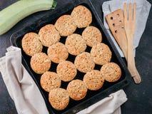 Поднос выпечки с булочками овощей с цукини стоковые фото