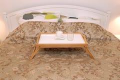 Поднос в кровати стоковое фото