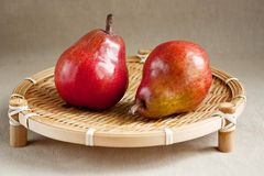 поднос груш красный деревянный Стоковая Фотография RF