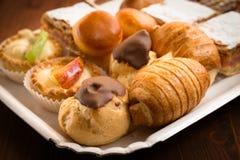 Поднос десертов стоковые фото