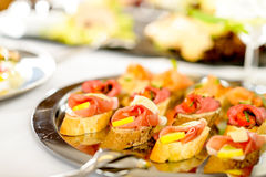 поднос еды деталей canapes закусок поставляя еду стоковое фото rf