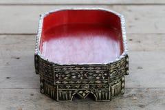 Поднос еды Чиангмая античной культуры традиционный северный тайский, сделанный от древесины и покрашенный с красной, вызвал Khant Стоковая Фотография RF