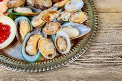 Поднос испаренных морепродуктов смешивания внутри, креветки, раковины и whelk, готовый для съешьте для обеда или официальныйа обе стоковая фотография