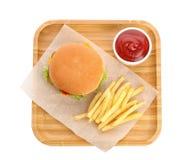 Поднос с бургером, французским картофелем фри и соусом на белой предпосылке, взгляде сверху стоковое изображение rf