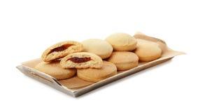 Поднос с изолированными печеньями на исламские праздники eid mubarak стоковые фотографии rf