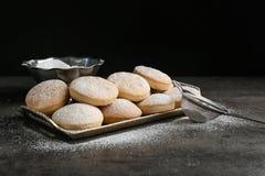 Поднос традиционных печений для исламских праздников и стрейнера стоковые изображения rf