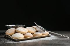 Поднос традиционных печений для исламских праздников и стрейнера стоковое фото rf