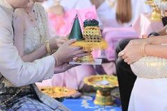 Поднос Groom и невесты предлагая подарка к старой в традиционной тайской свадебной церемонии Концепция замужества Стоковое Фото