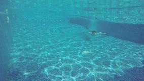 Подныривание в бассейн, заплывание Гая подводное каникула территории лета katya krasnodar видеоматериал