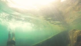 Подныривание и заплывание в океане Подводный спорт акции видеоматериалы