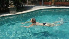 Подныривание молодой женщины брюнет в бассейне сток-видео
