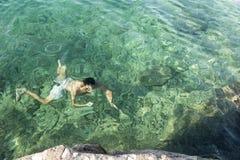 Подныривание человека в море стоковое изображение rf