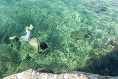 Подныривание человека в море стоковое фото rf