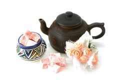 Подняли приправленное rahat-lokum и чайник турецкого наслаждения Стоковое Фото