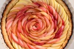 Поднял сделанный яблок как заполняющ для красивого домодельного розового пирога Стоковая Фотография RF