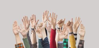 Поднятые вверх руки, ладони, пальцы, стоковые изображения