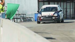 Поднятый зеленый флаг как спортивная машина управляет из стопа ямы во время конкуренции гонки акции видеоматериалы
