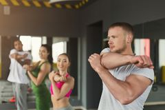 Подогрев группы фитнеса протягивая тренировать внутри помещения Стоковое Фото