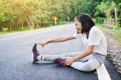 Подогрев девушки перед бежать на дороге Стоковая Фотография