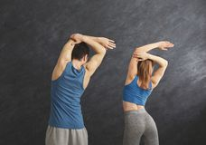Подогрев пар фитнеса протягивая тренировать внутри помещения Стоковые Фото