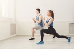 Подогрев пар фитнеса протягивая тренировать внутри помещения Стоковое Изображение RF