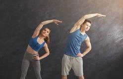 Подогрев пар фитнеса протягивая тренировать внутри помещения Стоковое Изображение