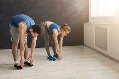 Подогрев пар фитнеса протягивая тренировать внутри помещения Стоковое Фото
