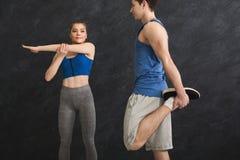 Подогрев пар фитнеса протягивая тренировать внутри помещения Стоковые Изображения RF