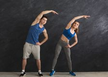 Подогрев пар фитнеса протягивая тренировать внутри помещения Стоковые Фотографии RF