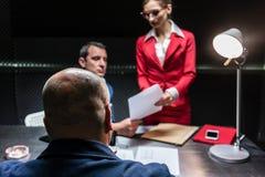 Подозреваемый или заверитель во время расспрашивания полиции стоковое изображение rf