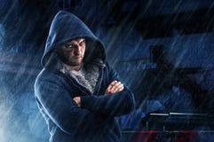 Подозреваемый человек с синяком и постучанным кулаком в hoodie стоковая фотография rf