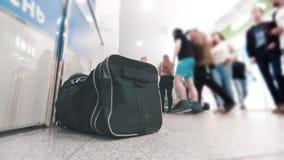 Подозрительная сумка на моле сток-видео