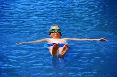 подоприте мальчика плавая его Стоковые Изображения
