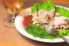 подпертый цыпленок зеленеет белизну отрезанную плитой Стоковое фото RF