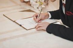 Подписание важного документа Стоковые Фото